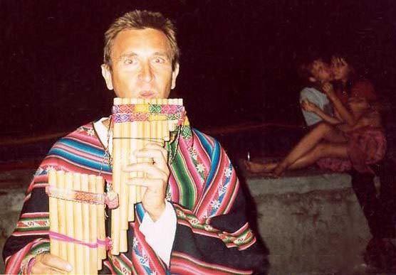 2003 год вроде. Набережная Алушты. Фотку делал Евген. Стрит Зомби. На заднем фоне неожиданные засосы обнимашки. Мы этого не предполагали. НО действительно, музыка кечуа очень романтическая.