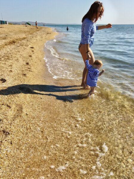 Море это не страшно, если за ручку и весело с мамой или папой или бабушкой, или дедушкой. Ребенку надо показать, что он в полной безопасности.