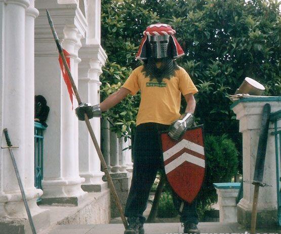 Я в 2003 году на крыльце вилла Отрада в Алуште, ЦДЮТ, ребята из кружка истории дали снарягу ))