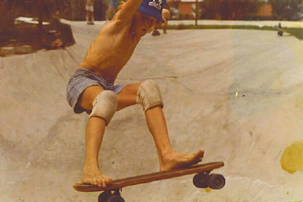 Босиком на скейте и наколенники из тряпок
