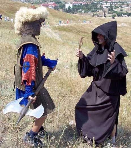 варвар азиат отбирает у монаха мобильный телефон. Судакская генуэзская крепость
