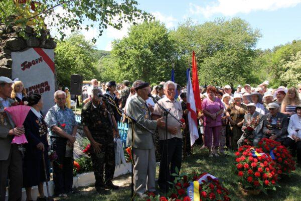 Николай Олейников выступает на открытии памятника на партизанской поляне у перевала Нижний Кокасан.