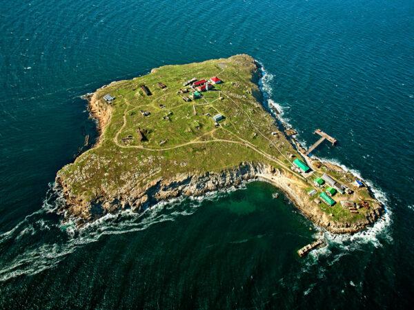 удивительно, остров Змеиный похож на маленький Крымский полуостров. Сложен известняковыми породами с множеством карстовых полостей, гротов и пещер на суше и под водой
