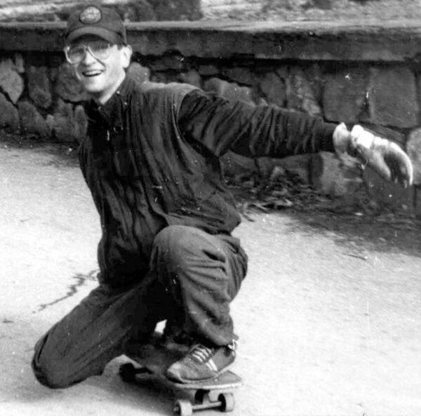 В 1991 на Таблетке был задействован для слалома и фитнеса спуск от верхней террасы к нижней дороге. Сейчас это все относится к Детскому парку. Но в катании не задействовано. Я сделал там разметку для параллельного слалома. Эта олдскульная тема. Не особо простая. Баланс и грэб.