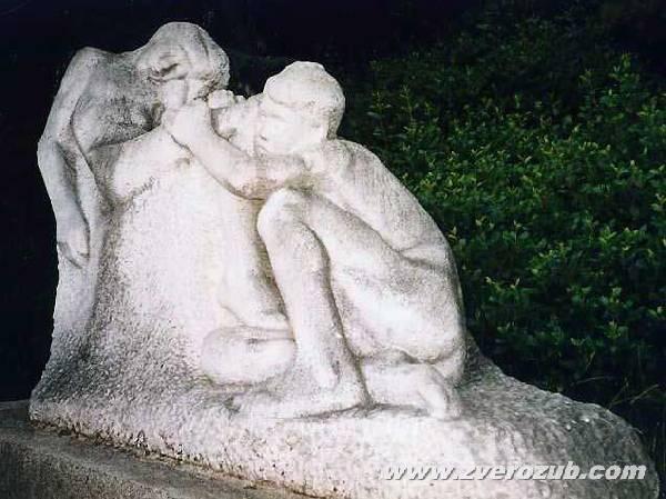 скульптура Спящие мальчики. Парковое (Жуковка). Запад Большой Ялты