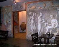 никаких женщин возле кувшина с вином быть в античные времена не могло!