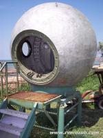 """спускаемый аппарат космического корабля, установлен в пансионате """"Рига"""" у г. Щелкино, Крым"""