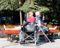 туристы-инвалиды на набережной Ялты