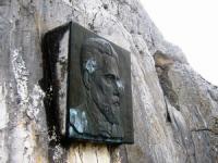 мемориальная доска на скале Гарина-Михайловского