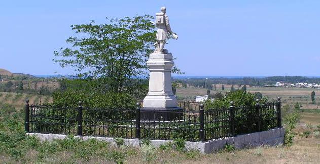 Памятник офицерам и солдатам Владимирского полка на поле Альминского сражения и вид на Черное море у курорта Песчаное, справа окраина Вилино