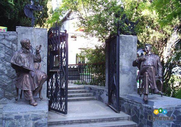 Вход на виллу Саламбо. Памятники Шаляпину и Коровину