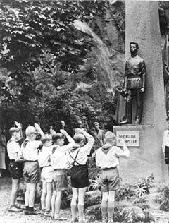 Памятник Фридриху Вайнеку на берегу реки в городе Галле (ГДР)