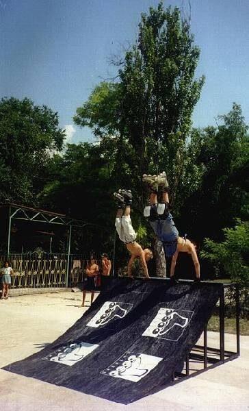 Южный скейт парк немыслим без деревьев. Евпатория. Парк Фанбокс 1997 года создания. К сожалению днём летом слишком жарко. Деревья только рядом. На фигурах днём яичницу жарить можно