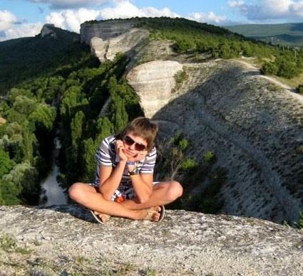 Гора Крокодил. На видовую площадку можно подняться по тропе от моста через реку Бельбек