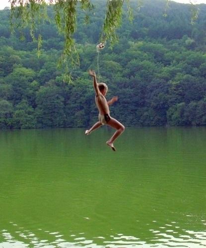 Классическая русская детская народная тарзанка на озере. В Крыму издавна одна из лучших была в Баштановке Бахчипарижского района